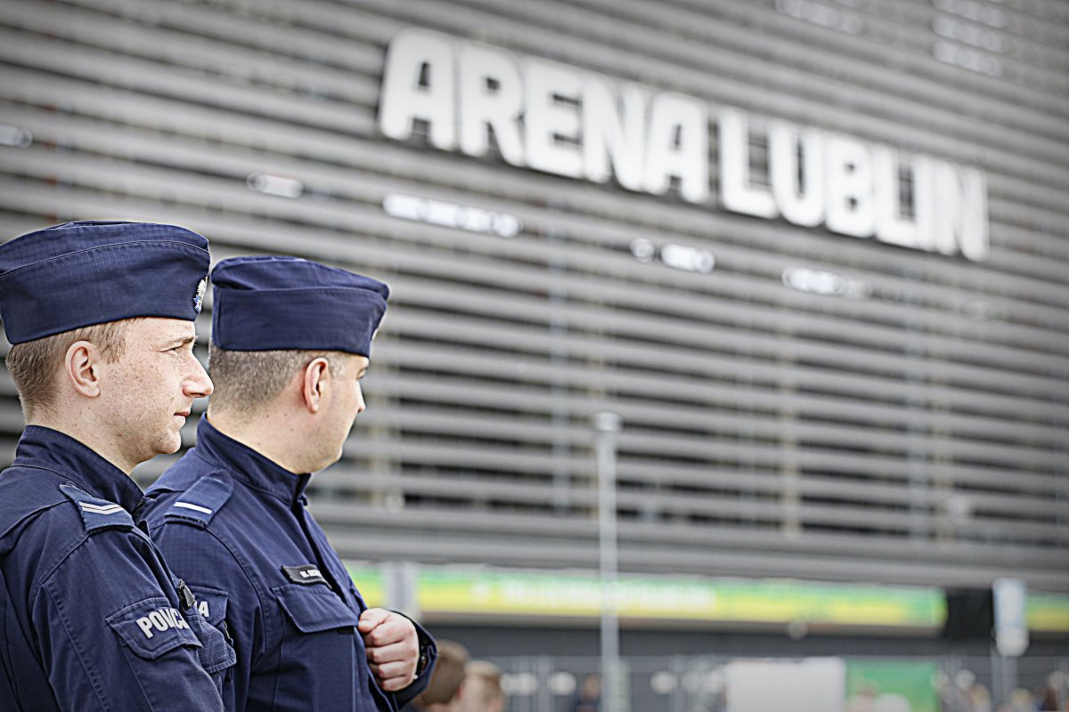 Policjanci na tle stadion ARENA LUBLIN