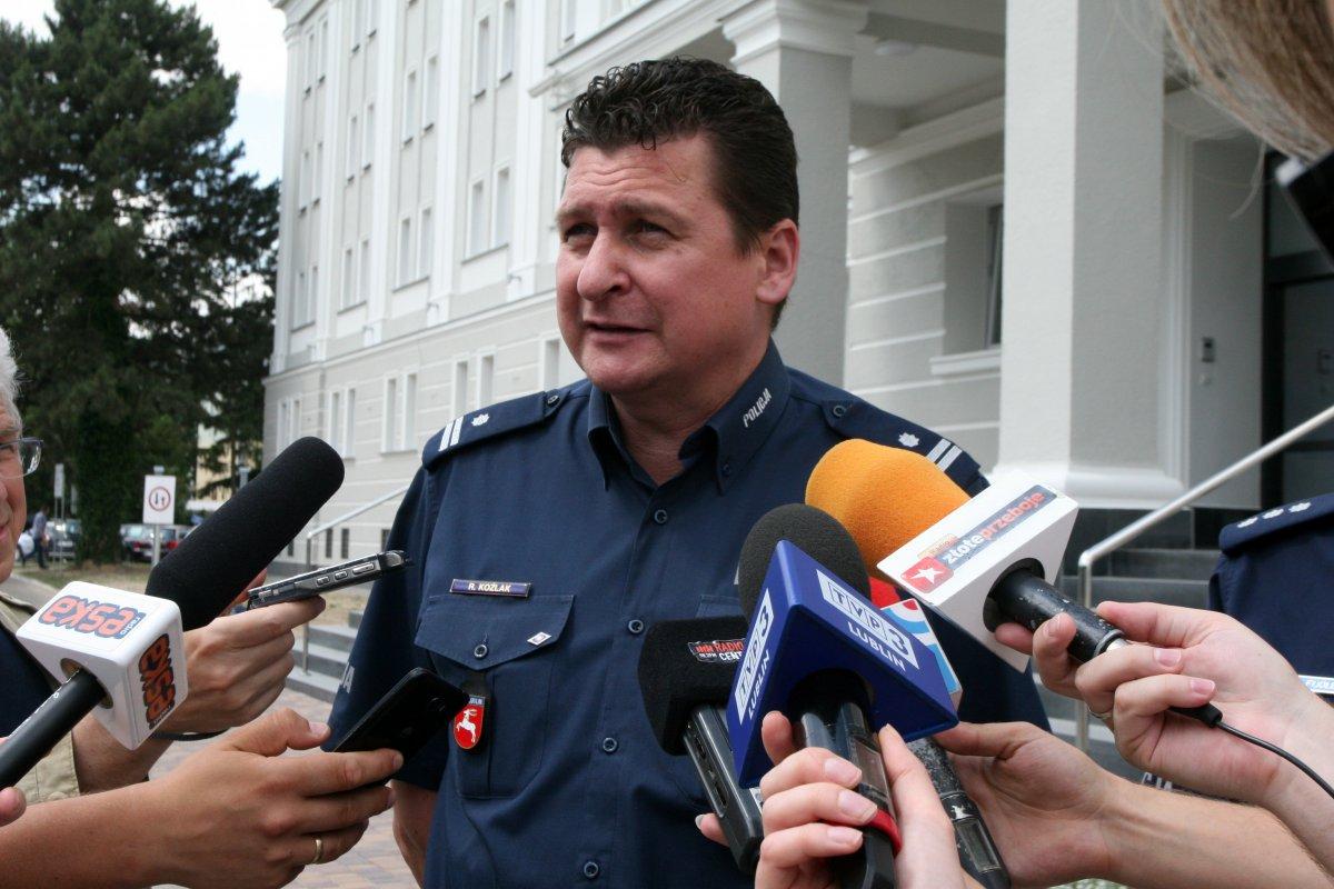 Naczelnik WRD KWP w Lublinie podzcas briefingu, w tle widać budynek KWP w Lublinie