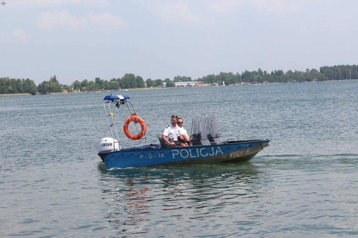 policyjni wodaniacy na łodzi na jeziorze Białym