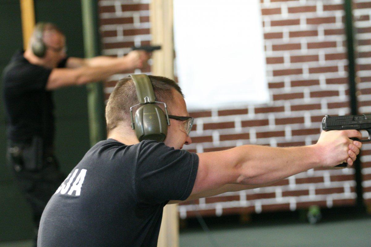 Policjanci z Oddziału Prewencji strzelają z broni do tarcz.