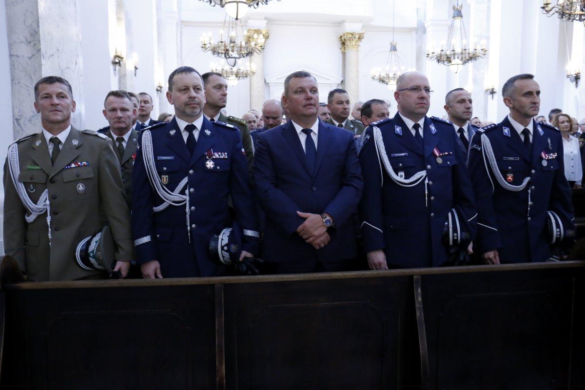 Komendant Wojewódzki Policji w Lublinie wraz z Zastępcą Komendanta Głównego Policji wspólnie zaproszonymi gośćmi podczas mszy św.