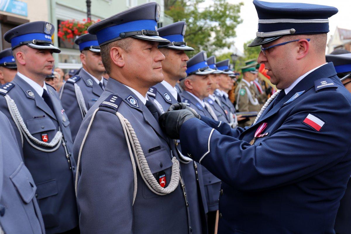 Zastępca Komendanta Głównego Policji wręcza odznaczenia resortowe