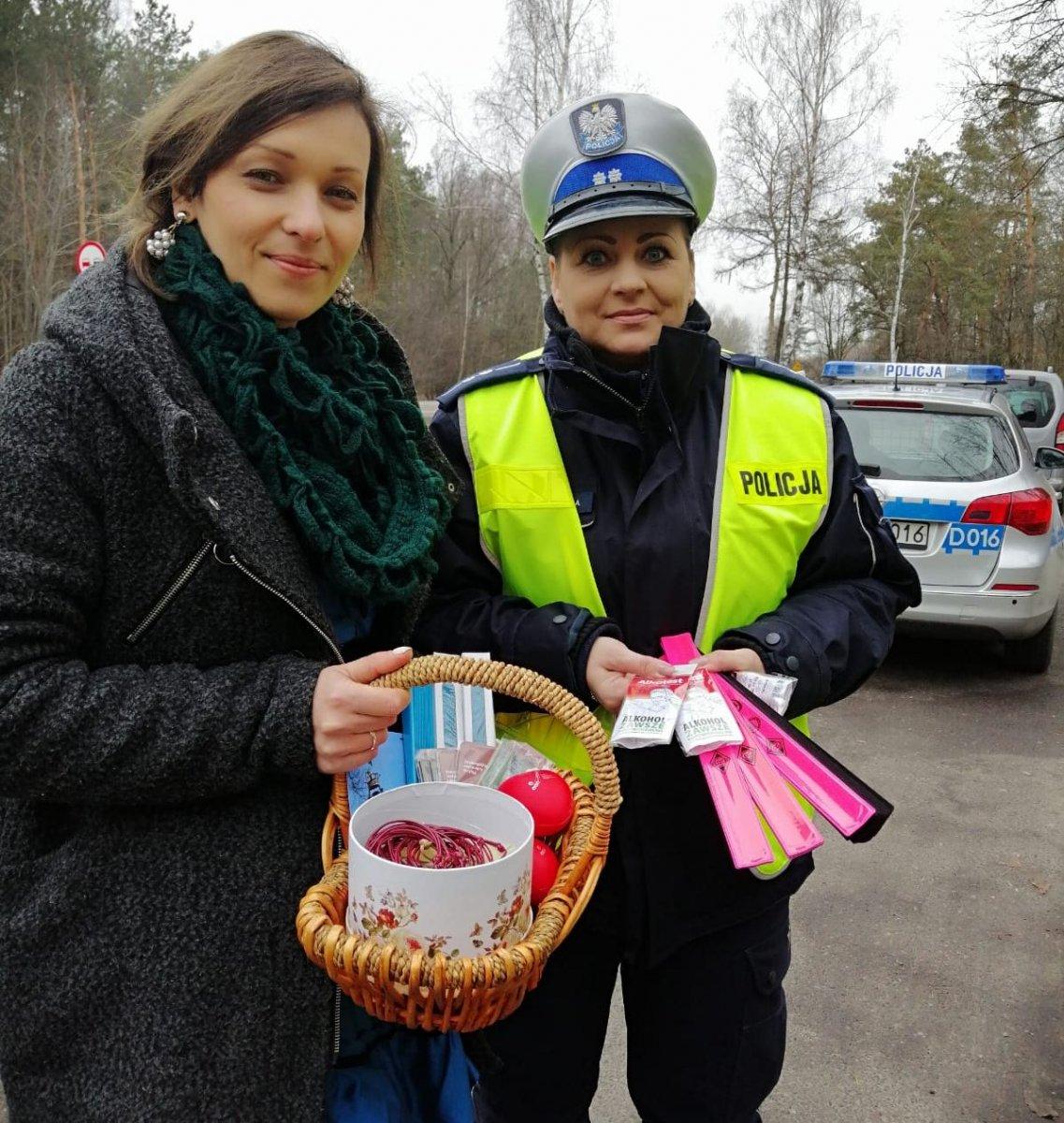 policjantka i pracownica muzeum z gadżetami