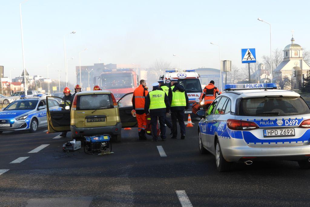 zadymienie, uszkodzone pojazdy, służby ratunkowe - scena ze spotu