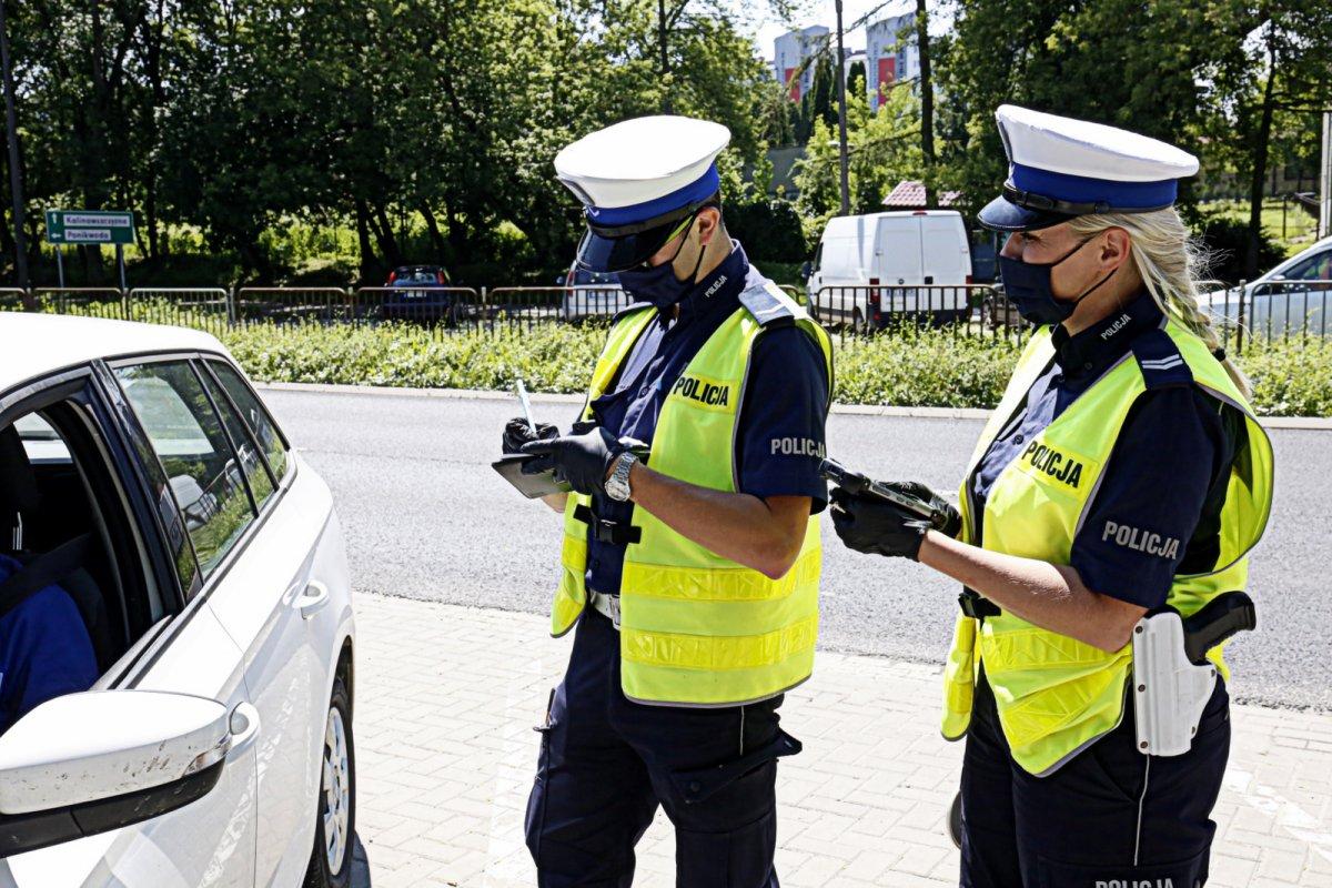 Policjanci kontrolują pojazd.