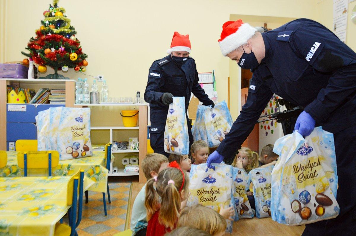 policjanci wspólnie z dziećmi na spotkaniu mikołajkowym