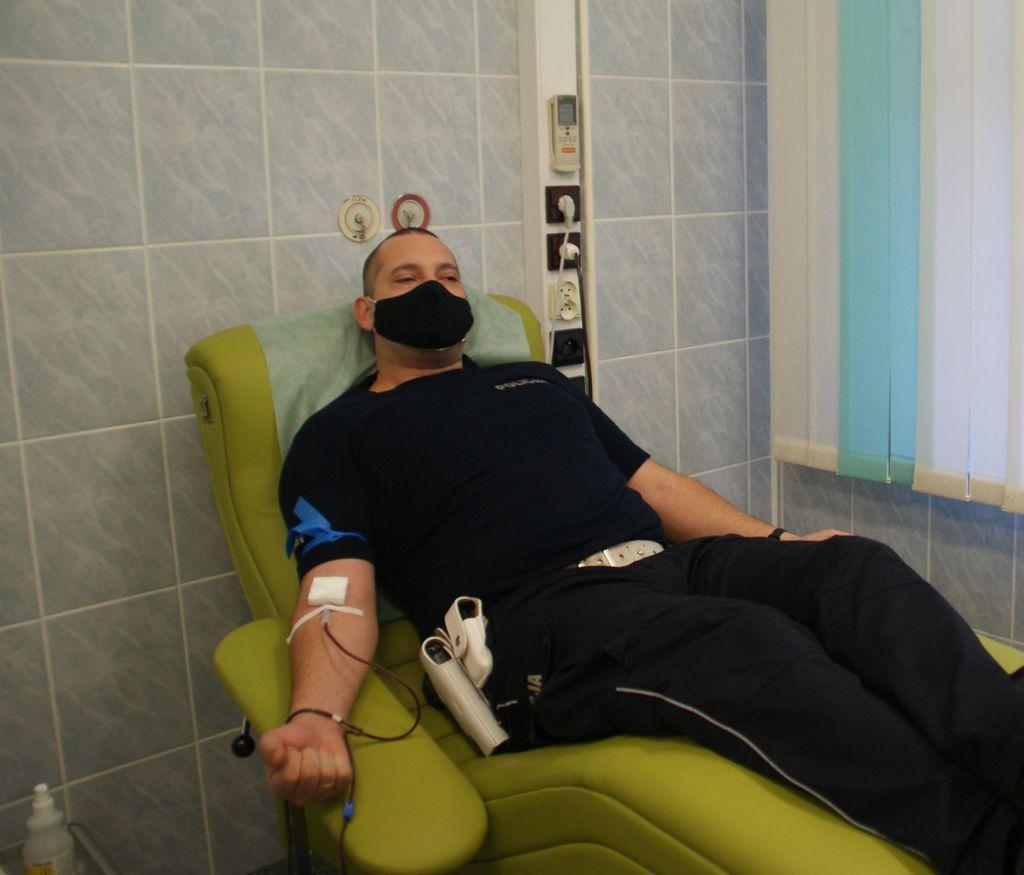 policjant oddaje krew