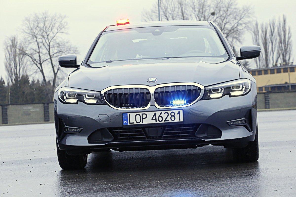 Policyjny radiowóz marki BMW.