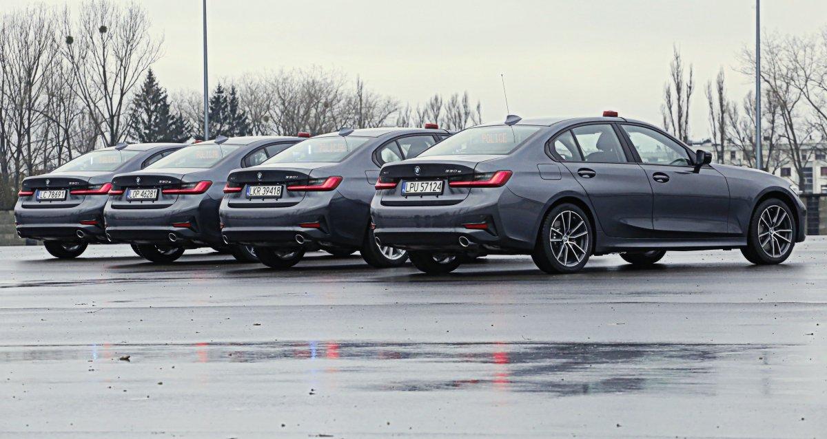 Cztery radiowozy marki BMW nieoznakowane.