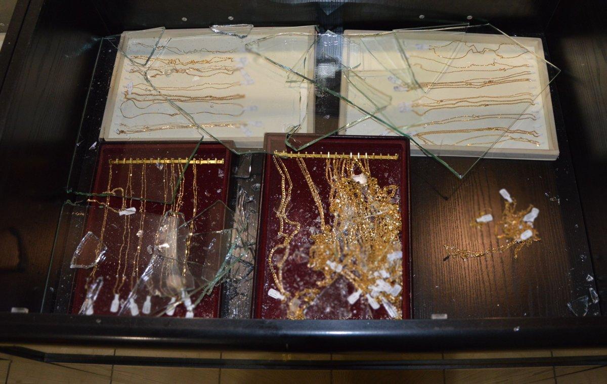 rozbita szyba z biżuterią