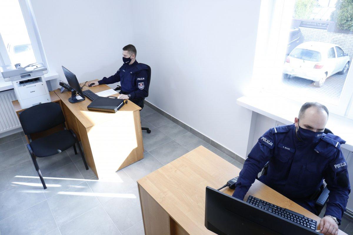 Pomieszczenie posterunku policji w Milejowie. Dwóch policjantów umundurowanych pracuje przy biurkach.