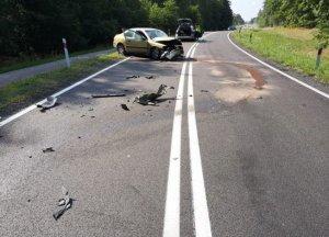 uszkodzone dwa pojazdy na drodze