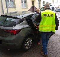 zatrzymany doprowadzony przez policjanta