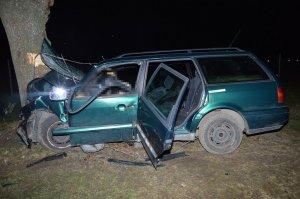 uszkodzony volkswagen, który rozbił się o drzewo