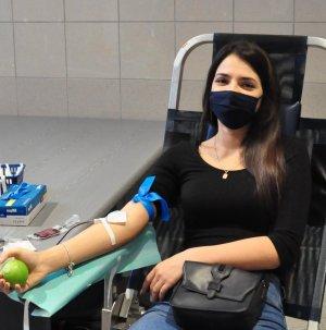 kobieta na fotelu w trakcie oddawania krwi