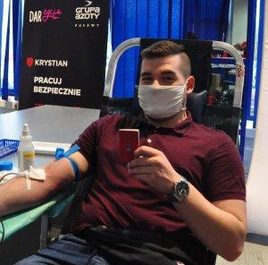 pracownik oddający krew obok pielęgniarka