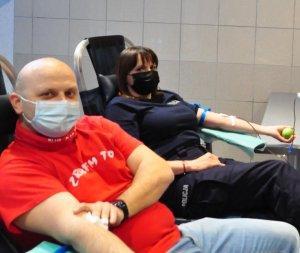 policjantka i policjant w trakcie oddawania krwi