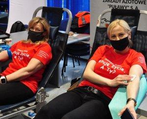 policjantka i pracownica komendy na fotelach w trakcie oddawania krwi